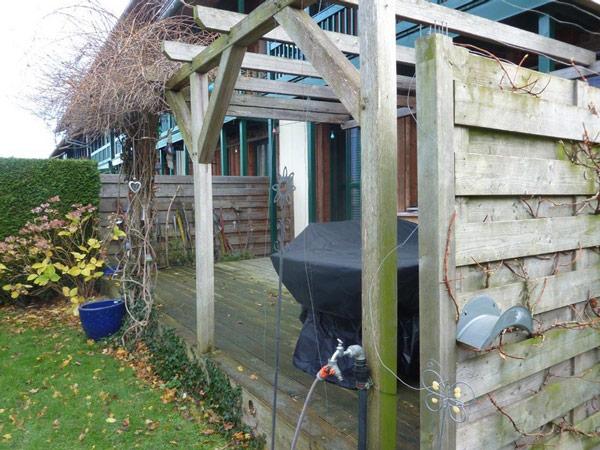 Basan: Hausanbau Reihenendhaus sichtbare Dachkonstruktion
